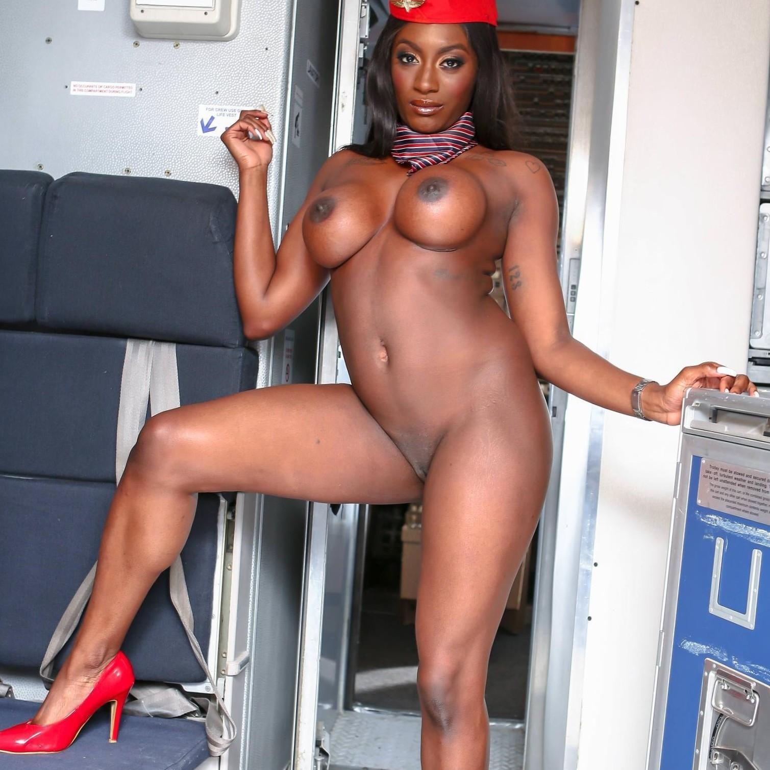 Jai James-la azafata muestra su conchita negra en el avión