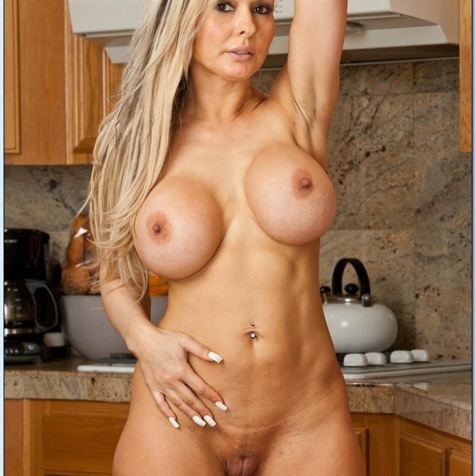 Jenna Cruz, follando en la cocina.