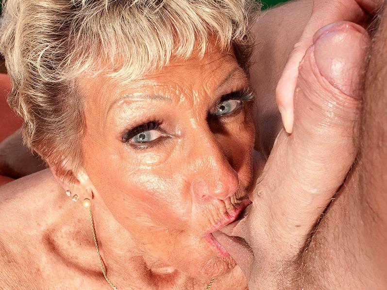 image Madura disfruta de sexo con chico de color