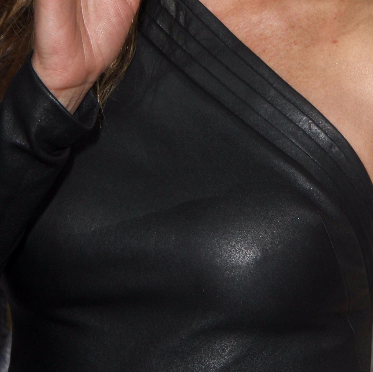 jennifer aniston luce pezones duros en vestido entallado