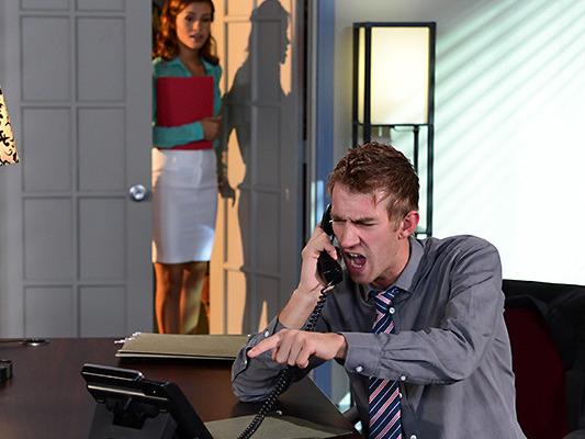 Metiendo Mano Bajo La Mesa - Porno TeatroPornocom