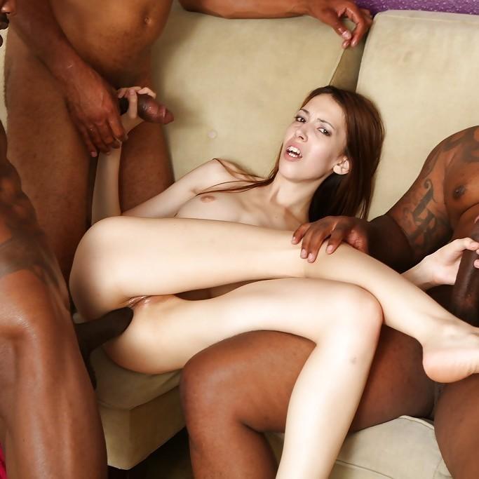 Jenna Justine, flaca follada por tres negros