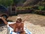tomando sol desnudita en el patio trasero